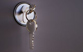 photo d'une clé dans une porte