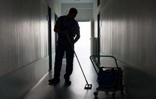 Homme de ménage en contre-jour