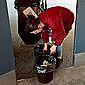 aide ménagère qui nettoie le sol