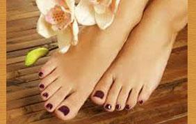 pieds nus avec vernis rouge foncé