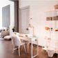 Salon de manucure avec parquet en bois et décorations blanches
