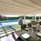 Terrasse tente solaire tables chaises piscine jardin