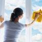 femme de ménage nettoie des vitres