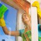 Lavage de vitres par une aide-ménagère