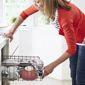 Personne vidant le lave-vaisselle