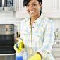 Aide-ménagère nettoyant avec un produit ménager