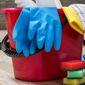 Seau et gants de nettoyage