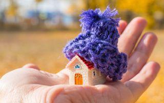 Maison miniature avec un bonnet