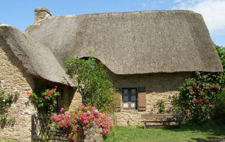 Maison de campagne avec un toit en chaume