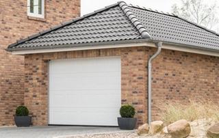garage en briques avec toiture en pente