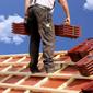 couvreur et matériaux sur un toit