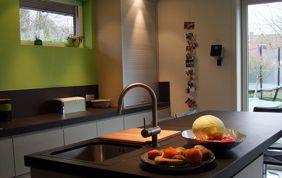 Plan de travail dans une cuisine verte
