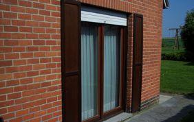 porte fenêtre avec volets battants en bois et volet roulant en pvc