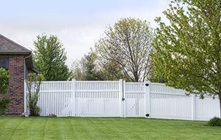 clôture de jardin peinte en blanc