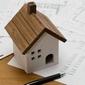 petite maison en bois sur des factures