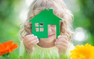Enfant et maison verte