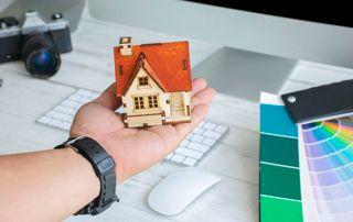 Maison miniature et nuancier de couleurs