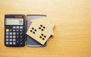 Calculette et maison en carton