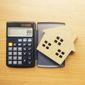 Calculatrice et maison en bois