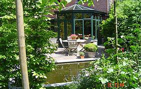 jardin avec étang et véranda