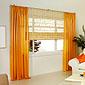 fenêtre avec rideaux orange