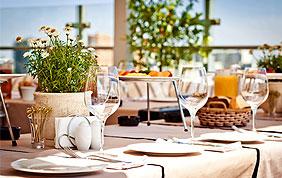 tables avec nappe, vaisselle et décorations