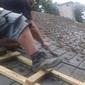 couvreur nettoyant un toit