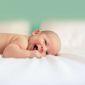 Image d'un bébé couché sur fond vert