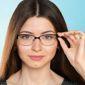 Femme avec paire de lunettes sur fond bleu