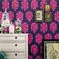 revêtement mural bleu foncé à motifs roses avec tableaux au mur