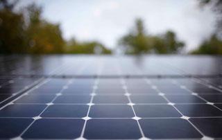 toiture couverte de panneaux solaires