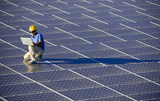 technicien panneaux solaires