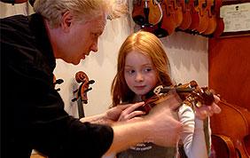 Jeune fille essayant un violon