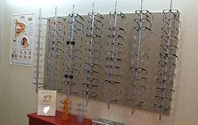 Présentoir avec différentes lunettes et montures