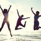 personnes sautant sur la plage